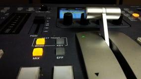 Video console professionale di miscelazione con la maniglia fotografia stock libera da diritti