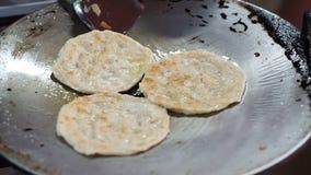 Video danandet av den indiska pannkakan, Roti bröd med den varma pannan, olja och smör stock video