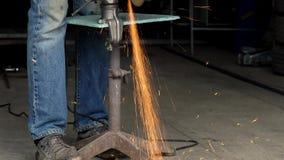 3 in 1 video De mannelijke arbeider met hoekige malende machine snijdt het metaal stock footage