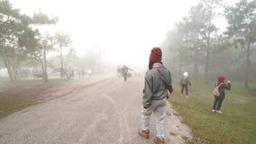 Video de reisgang van de klemreis in de mist die op landschappen lopen die in de winter kamperen stock videobeelden