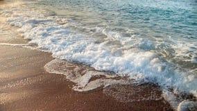 Video del primo piano di belle onde blu del mare che si rompono sul litorale video d archivio