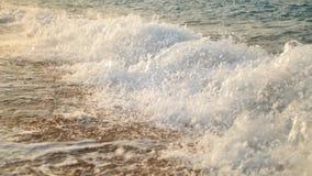 Video del primo piano di belle onde blu del mare che si rompono sul litorale archivi video
