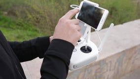 Video del telecomando di volo del quadcopter e del fuco stock footage