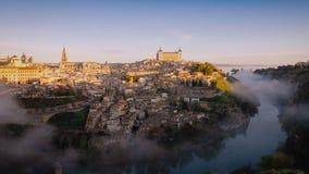 video del timelapse 4K ad alba a Toledo, Spagna Vecchio paesaggio urbano della città con le nuvole della foschia che si spostano  stock footage