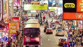 video del timelapse 4k dei pedoni e del traffico in una strada affollata in Hong Kong video d archivio