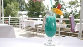 Video dell'alimento al rallentatore Processo di servizio del cocktail di frutta di estate sul terrazzo aperto del ristorante Vers archivi video