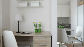 video della compilazione 4K Interno dell'appartamento moderno nello stile scandinavo con la cucina ed il posto di lavoro Vista pa video d archivio