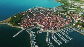video della compilazione 4K Volo sopra la vecchia città Isola in Slovenia, vista panoramica aerea con il porticciolo al tramonto  archivi video