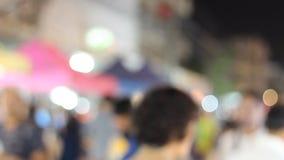 Video della gente che cammina nel mercato di notte con belle luce e sfuocatura stock footage