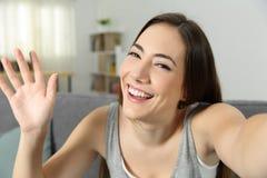 Video della registrazione della ragazza o selfie d'ondeggiamento di presa immagine stock libera da diritti