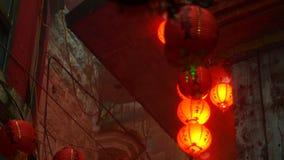 Video delle lanterne rosse cinesi che splendono nella foschia misteriosa e nell'estratto dello spiritual video d archivio