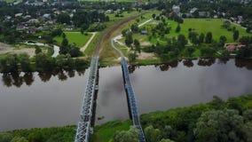 Video der Draufsicht 4K UHD Gauja-Flusseisenbahnbrücke Lettland-Luftbrummens stock footage