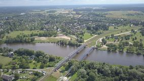 Video der Draufsicht 4K UHD Gauja-Flusseisenbahnbrücke Lettland-Luftbrummens stock video