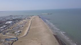 Video der Draufsicht 4K UHD Rimini-Seeküsten-Strand Italien-Luftbrummens stock video footage