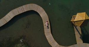 Video der Frau im Badeanzug ein Sonnenbad nehmend auf dem Pier Weibliche Entspannung auf Ferien stock footage