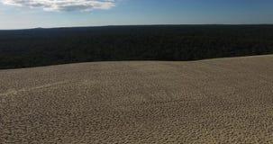 Video der größten Sanddüne und des Ozeans Dune du Pilat in Europa, Arcachon, Frankreich Abdrücke auf dem Sand, Video für Standort stock video footage