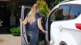Video der jungen Frau öffnet Tür ihres SUV-Autos und -sitzplätze auf Fahrersitz stock footage