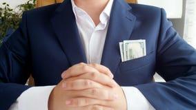 Video der Nahaufnahme 4k der Hand erreichend in der Geschäftsmanntasche und Geld stehlend stock footage