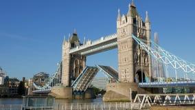 Video der normalen Geschwindigkeit 4x der Turm-Brückenöffnung, stock video footage