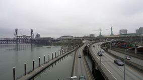 Video des Autobahnverkehrs und Güterzug in im Stadtzentrum gelegenem Portland ODER in einem Wintertag stock video