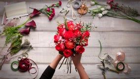 Video des Herstellens eines Blumenstraußes der Rosen Ansicht von oben, cinemagraf, schöne Blumen, Videobeschleunigung stock video