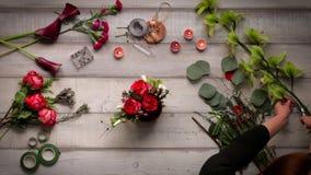 Video des Herstellens eines Blumenstraußes der Rosen Ansicht von oben, cinemagraf, schöne Blumen, Videobeschleunigung stock footage