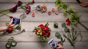 Video des Herstellens eines Blumenstraußes der Rosen Ansicht von oben, cinemagraf, schöne Blumen, Videobeschleunigung stock video footage