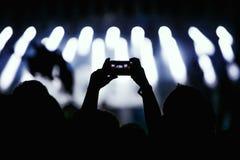 Video des Konzerts am Telefon ein Smartphone Reggaefarben Lizenzfreie Stockfotografie
