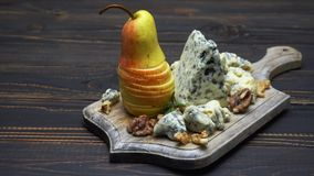 Video des Roqueforts oder des dorblu Käses und der Birnen stock video