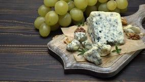 Video des Roqueforts oder des dorblu Käses und der Trauben stock footage