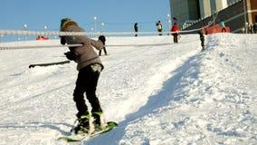 Video des Schneeskis neigt sich, Aufzuglinien und Tal des Parks im Wasatch Sonniger Tag mit Familien auf Skis und Snowboards