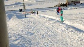 Video des Schneeskis neigt sich, Aufzuglinien und Tal des Parks im Wasatch Sonniger Tag mit Familien auf Skis und Snowboards stock footage