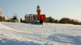 Video des Schneeskis neigt sich, Aufzuglinien und Tal des Parks im Wasatch Sonniger Tag mit Familien auf Skis und Snowboards stock video