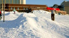 Video des Schneeskis neigt sich, Aufzuglinien und Tal des Parks im Wasatch Sonniger Tag mit Familien auf Skis und Snowboards stock video footage