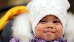 Video di FullHD della neonata del bambino in suo passeggiatore stock footage