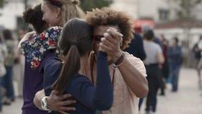 Video di FullHD di una salsa di festival di ballo sulle vie di Lisbona stock footage