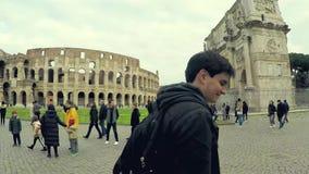Video di lasso di tempo dell'arco di Costantina e del Colosseum di Roma archivi video