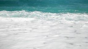 video di movimento lento 4k delle onde potenti del mare del turchese che si rompono sul litorale al giorno soleggiato luminoso video d archivio