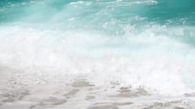 video di movimento lento 4k delle onde potenti del mare del turchese che si rompono sul litorale al giorno soleggiato luminoso archivi video