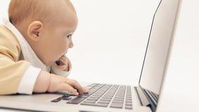 Video di sorveglianza del bambino divertente su un computer portatile video d archivio