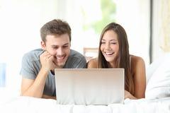 Video di sorveglianza delle coppie su un computer portatile a casa Fotografie Stock