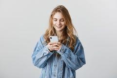 Video di sorveglianza sulla rete sociale Colpo dell'interno di bella femmina europea con capelli biondi, rivestimento d'uso del d Fotografia Stock