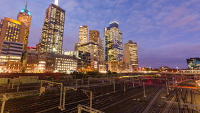 Video di Timelapes delle costruzioni ferroviarie e moderne in una città video d archivio
