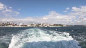 Video di Timelapse da una navigazione del traghetto nel bosphorus che sorveglia paesaggio urbano di Costantinopoli ed il distrett stock footage
