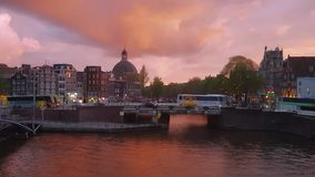 Video di Timelapse dei canali di Amsterdam durante il tramonto drammatico archivi video