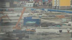 Video di Timelapse del cantiere nell'inizio dello sviluppo del programma di costruzione di alloggi nuovo Lavoratori e movimento d stock footage