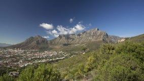 Video di Timelapse della montagna della Tabella con passare delle nuvole stock footage