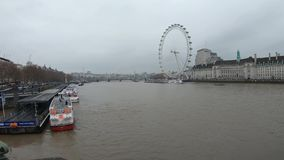 Video di Timelapse delle barche e del Tamigi a Londra centrale al pilastro di London Eye video d archivio