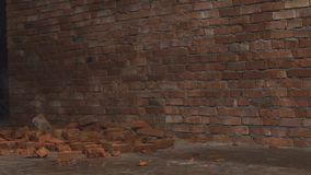 Video die van rode bakstenen op de grond voor muur liggen Eerst begint sommige reepjes van cement neer te vallen dan stock videobeelden