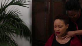 Video die van vrouw een massage ontvangen stock footage